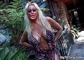 Slutty blonde sneaky car booty fuck |
