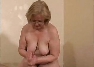 Amateur mature slut likes to play with huge cock |