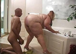 Fat Chick Raises Ass |