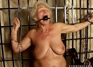 Amateur granny gets her hips buffed |