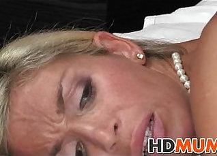 Blonde girl tongue fuck shakes her big ass |
