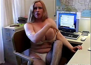 Busty cougar in stockings splashed and fucked |